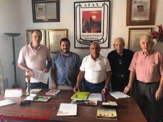 El vicepresidente de la Mancomunidad Axarquía Costa del Sol, Juan Peñas junto a miembros de Afax Proyecto Hombre