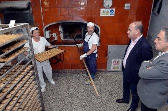 La Perla ocupa la quinta posición en volumen de producción entre los grandes obradores de la comarca.