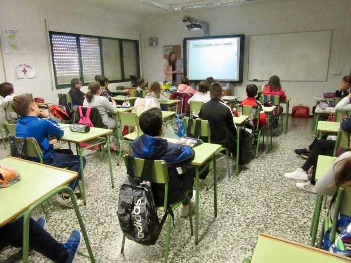 El concejal de Medio Ambiente, Marcelino Méndez-Trelles, ha visitado esta mañana el colegio Juan Herrera Alcausa (Los Olivos) con motivo de la iniciativa 'Nuestra Ciudad Limpia, También Depende de Ti', que se está desarrollando desde la delegación en los centros escolares de todo el municipio.