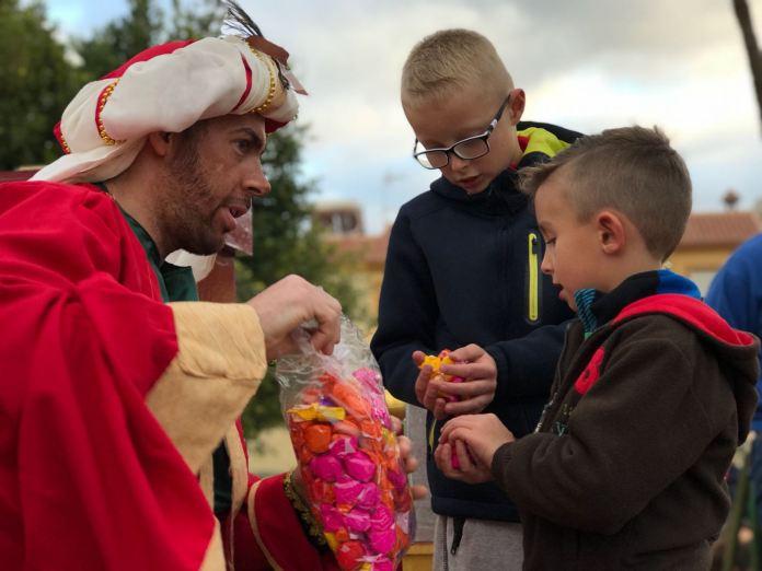 Los pequeños de Almayate han entregado sus cartas esta tarde de miércoles a los Reyes Magos de Oriente.
