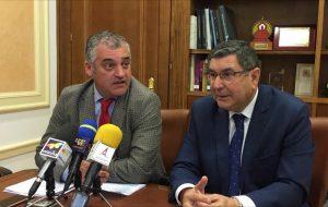el consejero de Empleo, Empresa y Comercio de la Junta de Andalucía, Javier Carnero;, junto al alcalde veleño, Antonio Moreno.