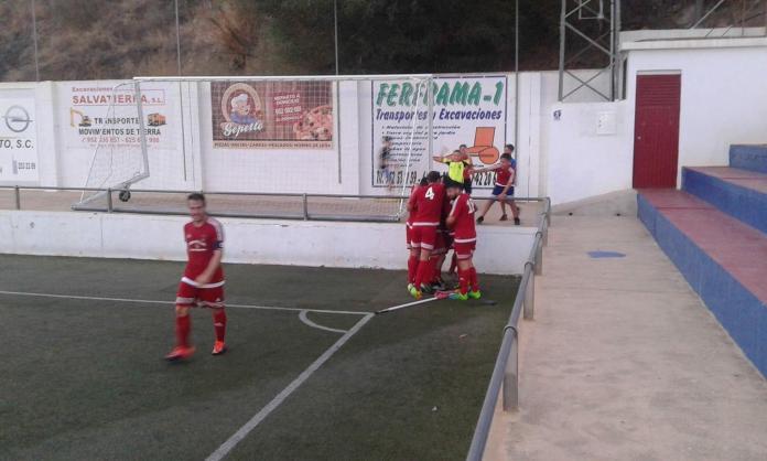Un gol en propia meta y un penalti dan la victoria al Torrox ante Benamiel (2-0)