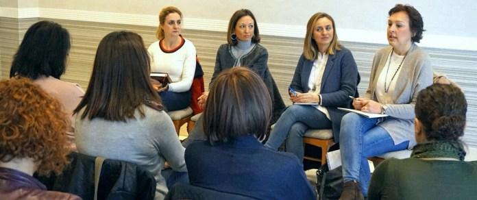Populares de Nerja se reúnen con padres para tratar graves deficiencias en el sistema educativo andaluz