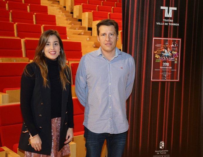 El alcalde de Torrox, Óscar Medina, y la edil responsable de Cultura, María Ángeles Ruiz, han presentado el programa cultural del Teatro municipal Villa de Torrox.