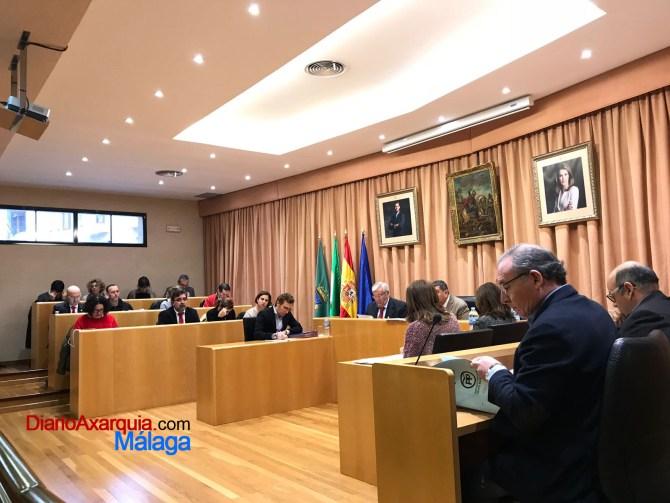 El Pleno aprobó los Escudos de Oro casi un mes después de haberse otorgado. El alcalde pidió disculpas y el PP pidió que esto no vuelva a ocurrir.