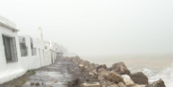 IU pide un plan de protección para las viviendas de Mezquitilla y la estabilización definitiva de las playas afectadas por la construcción del puerto de La Caleta