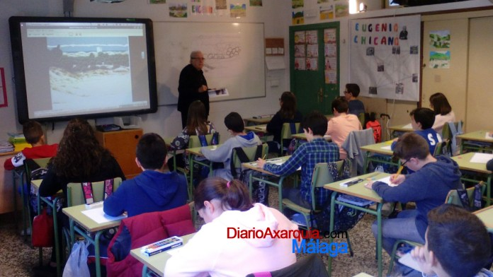 Clase magistral del artista Eugenio Chicano en el colegio Custodio Puga de Torre del Mar