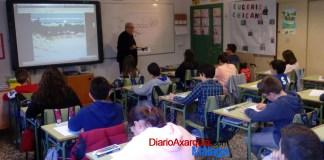 El colegio Custodio Puga de Torre del Mar ha sido testigo de una clase magistral del artista malagueño Eugenio Chicano hoy martes.