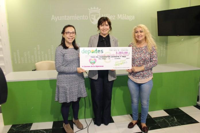 El consistorio veleño entrega un cheque solidario a la Asociación Esperanza con motivo de la última edición de la Carrera Urbana