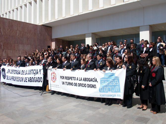 Unos 200 abogados participan en una concentración para exigir una justicia de calidad y para reivindicar la dignidad del turno de oficio