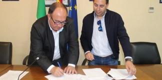 El presidente de la institución comarcal, Gregorio Campos, ha firmado esta mañana el contrato administrativo para el servicio de señalización marítima de las zonas de baño de las playas de Rincón de la Victoria, Vélez – Málaga, Algarrobo, Torrox y Nerja por un importe de 58.426 euros, iva incluido.