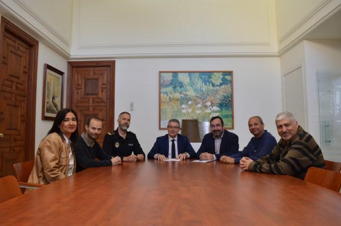 Es la primera vez que el gobierno local acuerda con los sindicatos policiales un nuevo sistema de trabajo que optimiza al máximo los recursos humanos y mantiene dos patrullas las 24 horas.