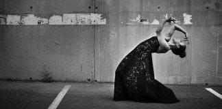 Rocío Molina empieza a bailar a los tres años, con siete esboza sus primeras coreografías, a los diecisiete se gradúa en el Real Conservatorio de Danza de Madrid con matrícula de honor y entra a formar parte del elenco de compañías profesionales con gira internacional. Foto: rociomolina.net.