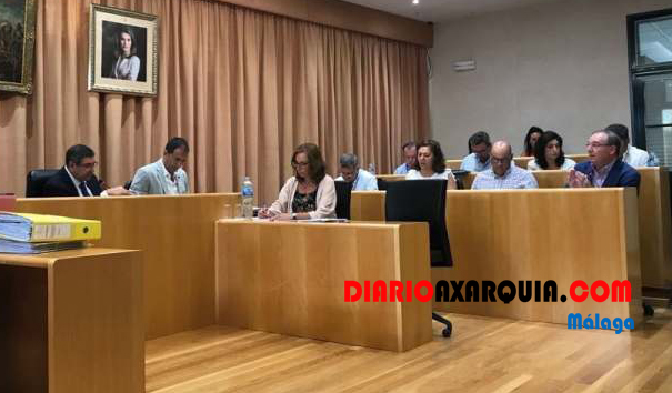 Pleno con polémica en Vélez-Málaga y apoyo al sector pesquero y a la uva pasa