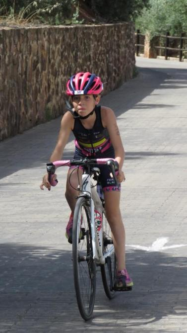Marta Pérez, del Club Ciclista Veleño, sube a lo más alto en el V Circuito Andaluz de Triatlón de Menores
