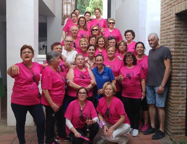 Las chicas de la Asociación 'Esperanza' posan con Diana Navarro