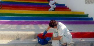 En Nerja, los colores de la bandera LGTBI lucen en la calle.