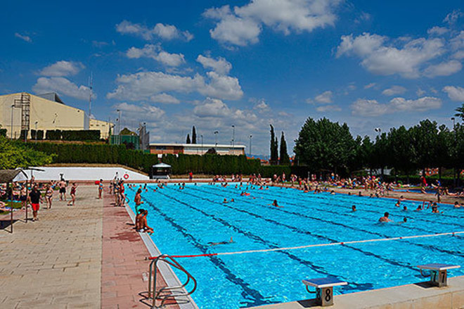 Mujeres votan a favor de hacer topless en la piscina municipal de Ametlla del Vallés