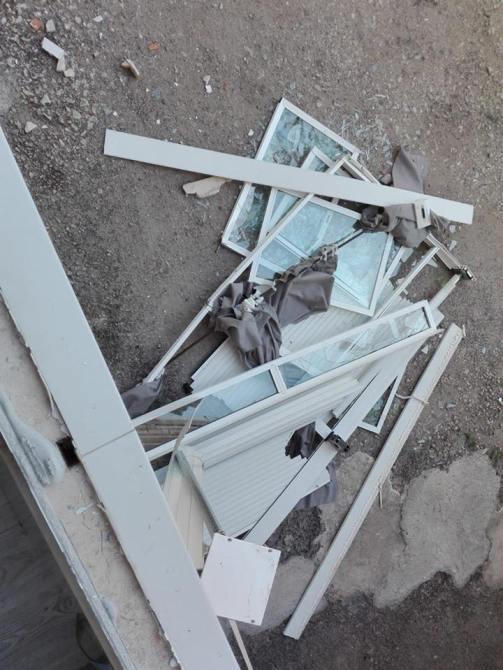No ha habido daños personales, solo daños materialesen la lavadora y cocina de la vivienda, provocando la caída de un ventanal a la calle.