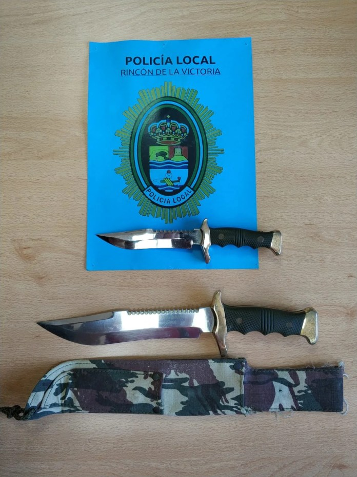 El `Grupo Operativo de Noche´ intervino al detenido de 19 años y con antecedentes, dos machetes de grandes dimensiones, siendo denunciado también por tenencia de arma y posesión de sustancia estupefaciente.