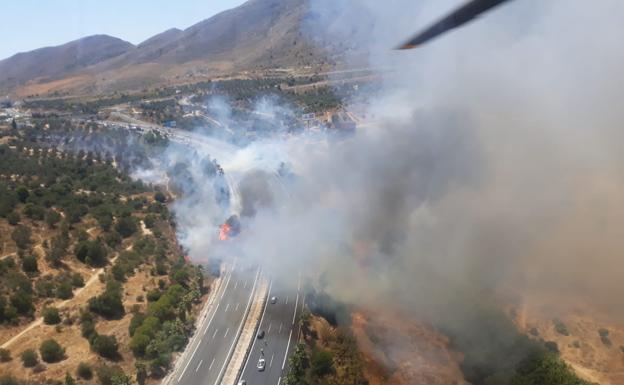 Abiertas al tráfico las carreteras AP-7 y MA-20 tras el corte temporal por el incendio forestal declarado en Torremolinos