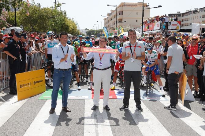 Miles de aficionados llenan las calles de Vélez-Málaga para disfrutar en directo de La Vuelta 2018