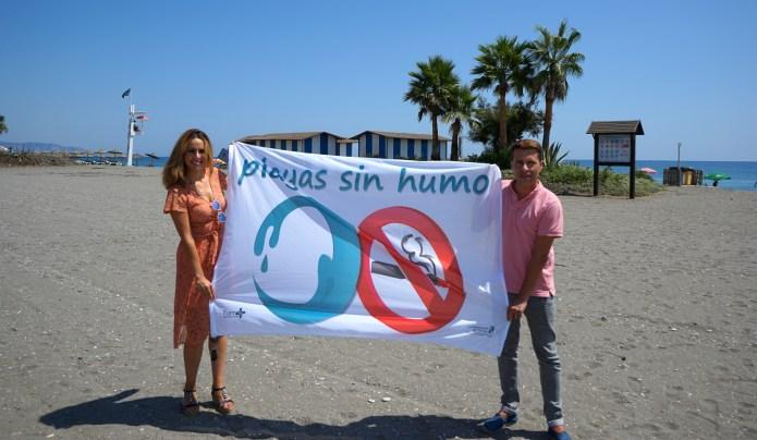 Torrox, pionero en la Costa del Sol en incluir espacios sin humo en sus principales playas