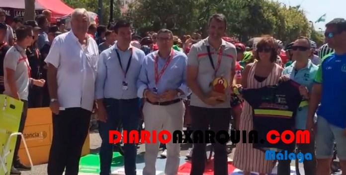 Reconocimiento del Club Ciclista Veleño al español Valverde en la salida de La Vuelta en Vélez-Málaga