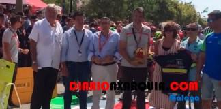 Integrantes del Club Ciclista veleño entregaron un reconocimiento al español Alejandro Valverde (Movistar) junto al alcalde, Antonio Moreno, el primer teniente alcalde, Marcelino Méndez-Trelles y la concejala de Deportes, María José Roberto, entre otros.