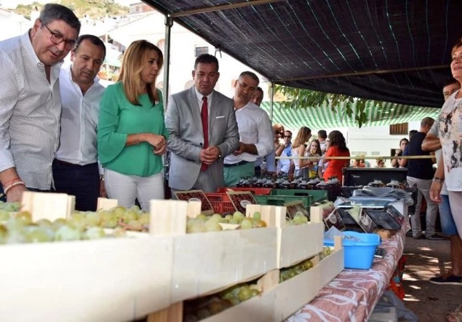 Susana Díaz: 'Protegeremos y apoyaremos la tradición de la uva pasa con una fundación para convertirla en elemento de interés turístico'