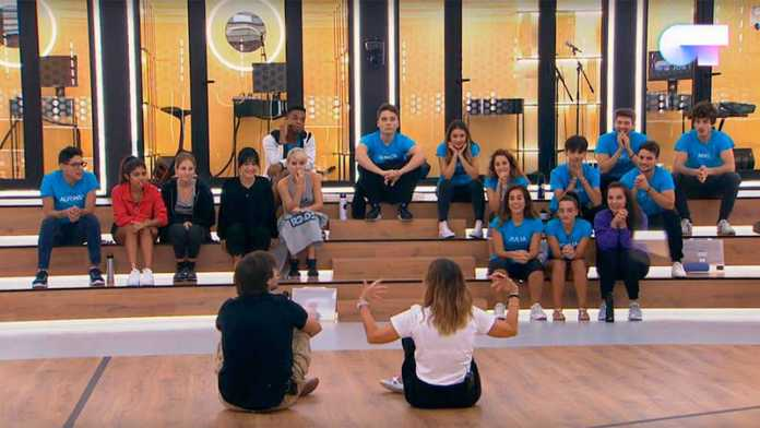 Marta Sango cantará junto a María la canción 'Ella' de Bebe en la Gala 1 de Operación Triunfo. Imagen del reparto de los temas en la Academia de OT.