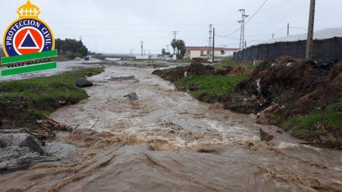 Fallece una mujer arrastrada al intentar cruzar el Río Seco de Vélez-Málaga