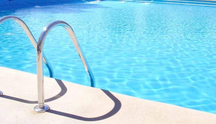 Fallece un niño de cinco años ahogado en una piscina de Nerja