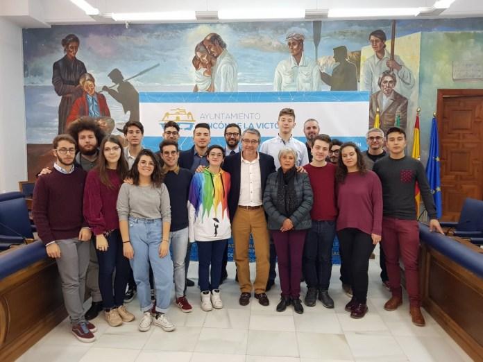 El alcalde de Rincón de la Victoria recibe a un grupo de estudiantes del Liceo Farinato