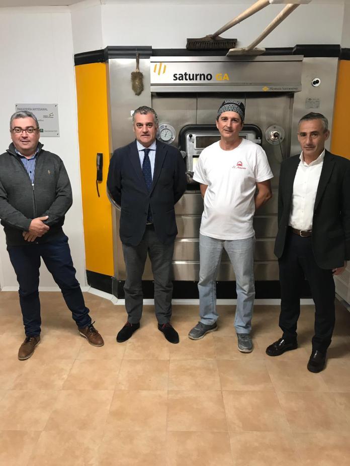 El consejero visita El Mastrén, una panadería de La Viñuela incentivada desde IDEA que gracias a Internet distribuye pan ecológico por toda la provincia.
