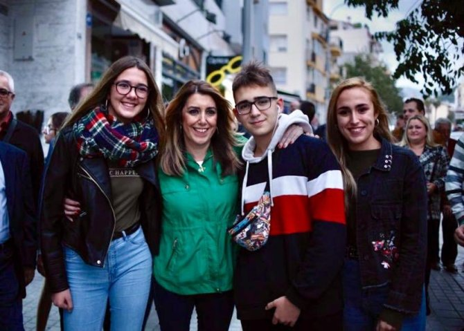 La presidenta de la Junta de Andalucía, Susana Díaz, con jóvenes de Vélez-Málaga.
