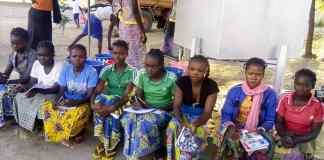 Imagen de las chicas que acaban de empezar empezar los estudios de Corte y Confección en el centro de Mouda.