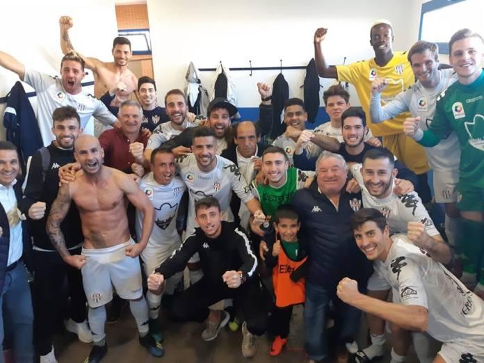 El Vélez C.F. encara de nuevo los puestos de promoción tras ganar al Loja (2-0)