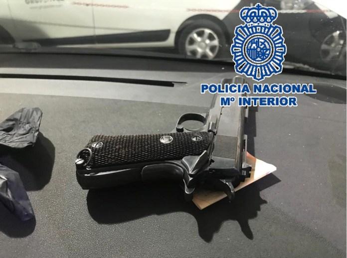 Han sido arrestados dos hombres –el conductor y copiloto de 34 y 39 años de edad y nacionalidad española- por su presunta implicación en los delitos de tráfico de drogas y tenencia ilícita de armas.