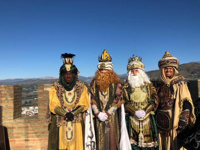 La magia de los Reyes Magos inunda de regalos a la comarca de la Axarquía