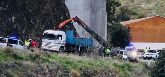 Un vehículo de la Guardia Civil sufre un accidente al entrar en la carretera de acceso a Totalán