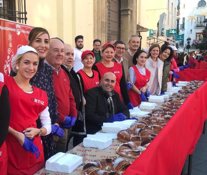 Degustación gratuita de Roscón de Reyes que promueve el Ayuntamiento de Vélez-Málaga, gracias a la colaboración de panadería Ortiz.