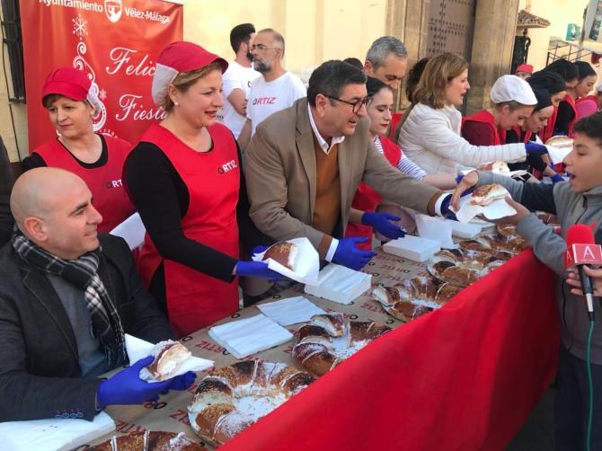 El alcalde de Vélez-Málaga, Antonio Moreno Ferrer, ha participado en el reparto del tradicional roscón de Reyes.