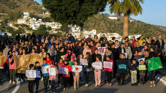 En torno a un centenar de personas, tanto niños como jóvenes y mayores, han caminado hoy desde la localidad hasta las cercanías del lugar donde desarrollan las tareas de rescate con pancartas como