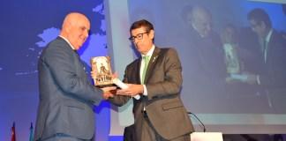Entrega del galardón a la Asociación Española de Productores de Frutas Tropicales, que el 14 de febrero de 2013 en Vélez Málaga, nacía como entidad sin ánimo de lucro.