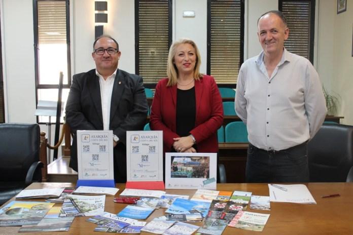 El presidente de la Mancomunidad de Municipios de la Costa del Sol Axarquía, Gregorio Campos; el vocal de Turismo, Juan Peñas y la gerente de APTA, Elisa Páez.