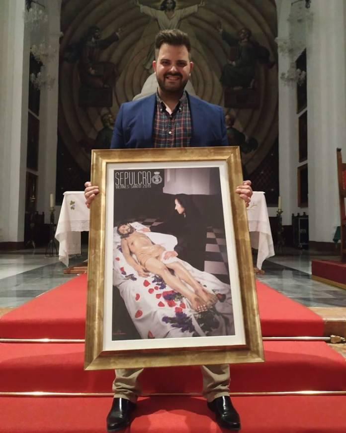 El autor, junto a la imagen del cartel anunciador.