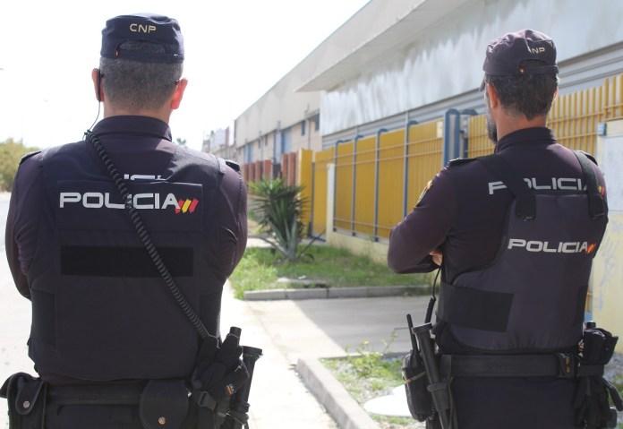 La Policía Nacional detiene in fraganti a un intruso tras colarse por un balcón en la casa de una vecina de Málaga cuando esta dormía