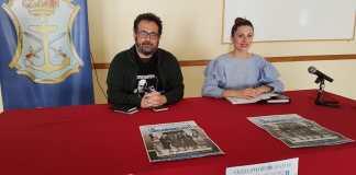 La concejala de Cultura del Ayuntamiento de Nerja, Anabel Iranzo, y Ricardo Bajo, de la Asociación de Videocreadores Cortos de Vista.