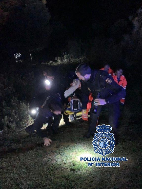 La Policía Nacional rescata al conductor de un vehículo siniestrado tras salirse de la carretera y caer 60 metros por un barranco en Antequera